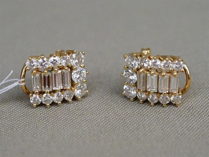 Серьги, золото по реактиву, общий вес 6,49г. Вставки: бриллианты (22бр Кр57 – 1,27ct 4/4-5; 8бр «Багет» — 0,75ct 3/3)