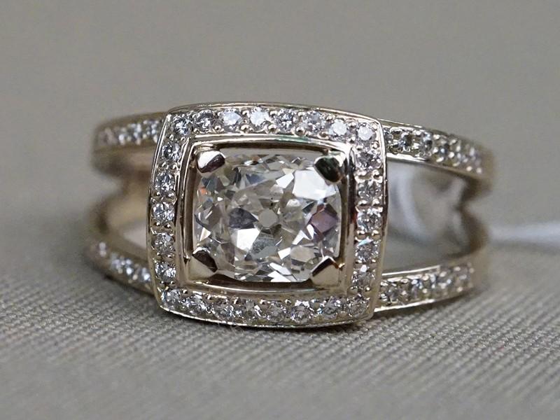 Кольцо, золото 585 пробы, общий вес 4,98г. Вставки: бриллианты (1бр «Старой» огр. – 1,40ct 9-1/8; 50бр Кр57 – 0,34ct 3-4/4-5). Экспертиза. Размер кольца 19,75