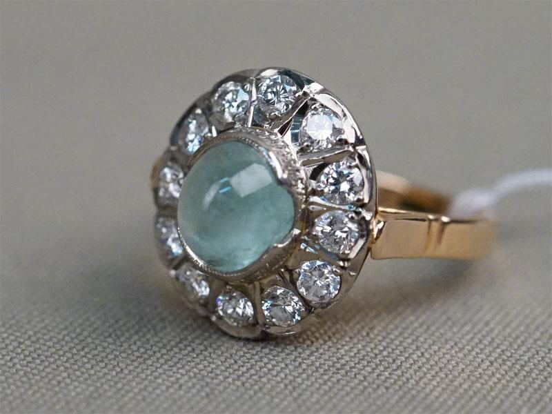 Кольцо, золото 583 пробы, общий вес 6,79г. Вставки: 12 бриллиантов (Кр57 – 0,96ct 3/6); 1 берилл («Кабошон» — 2,47ct). Экспертиза. Размер кольца 17,75.