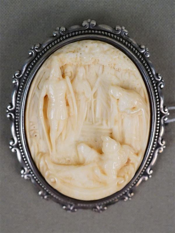 Брошь «Лоэнгрин», серебро по реактиву, кость, резьба, мастер «А.К.», конец XIX – начало XX века