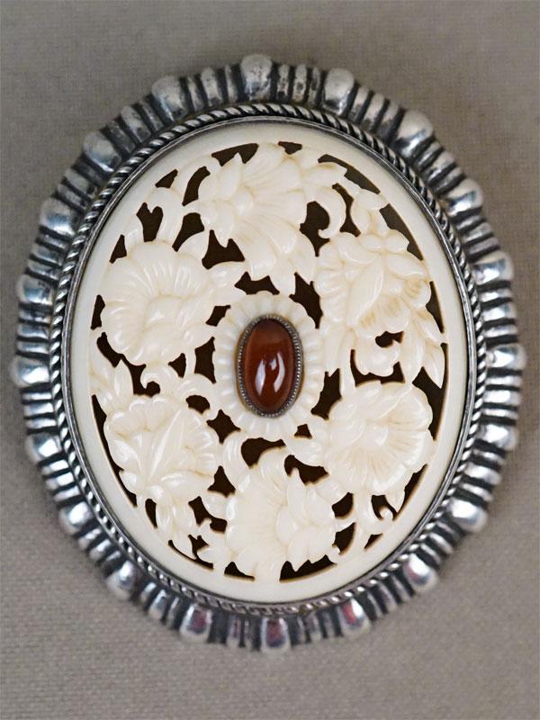 Брошь «Хризантемы», серебро 800 пробы, кость, резьба, конец XIX – начало XX века