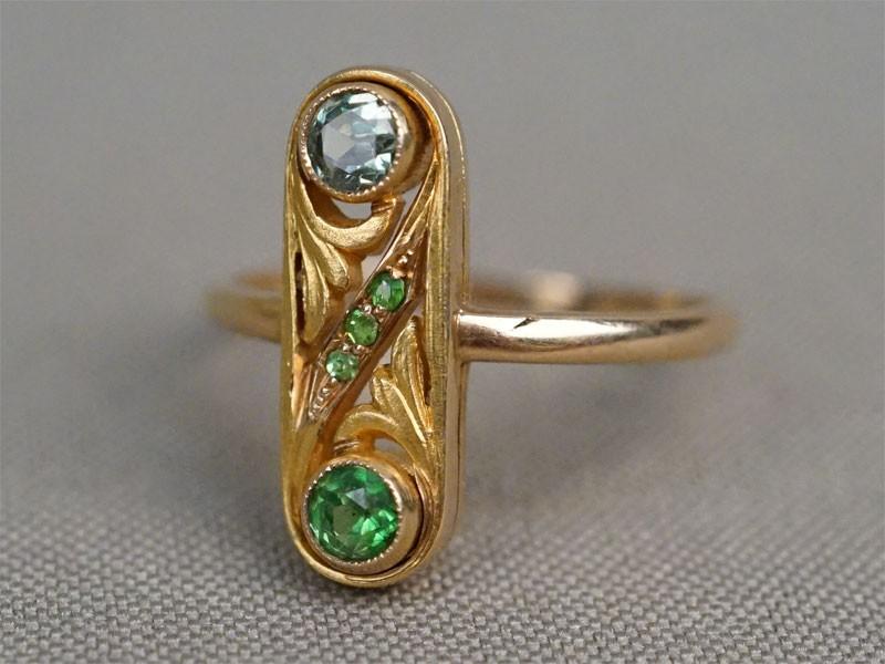 Кольцо, золото 583(56 проба) пробы, общий вес 3,92г. Вставки: демантоиды. Размер кольца 19.