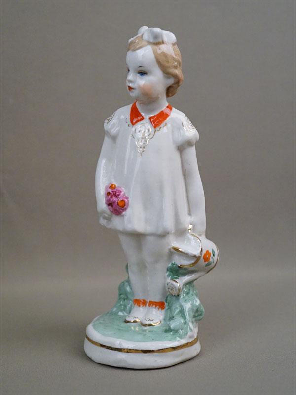 Скульптура «Девочка с лейкой», фарфор, роспись. Дулево, 1953 год, высота 19см