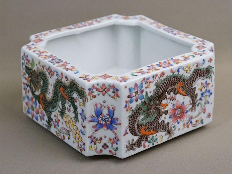 Ваза-кашпо «Драконы», фарфор, роспись эмалевыми красками. Китай, XX век, 16,2 × 16,2см