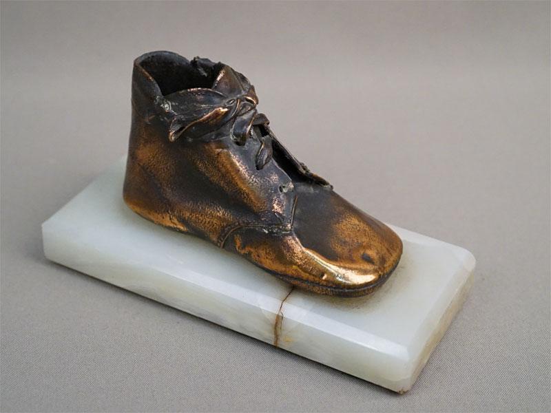 Пресс-папье «Детский башмачок», медь, гальванопластика, камень. Западная Европа, начало XX века, длина 16см
