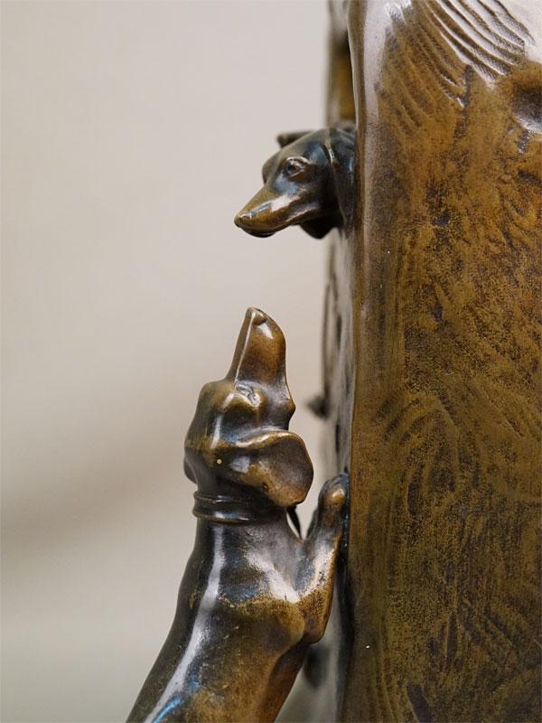 Часы настольные в стиле модерн «Таксы», бронза, литье, патинирование. Австрия, скульптор Фридрих Горник, мастерская А. Рубинштейна, конец XIX – начало XX века, высота 20,5см, с ключом.